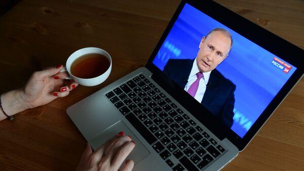 La transmisión de la línea directa de Vladímir Putin, vista desde una computadora - Sputnik Mundo