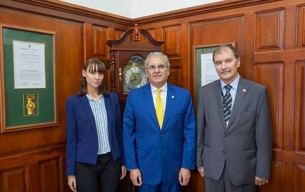 Nikolái Frolov (i) con el rector de la Universidad UTE, Ricardo Hidalgo Ottolenghi - Sputnik Mundo