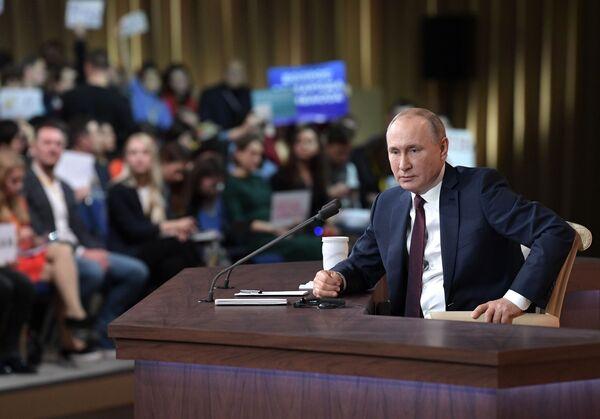 Президент РФ Владимир Путин на большой ежегодной пресс-конференции в Центре международной торговли на Красной Пресне - Sputnik Mundo
