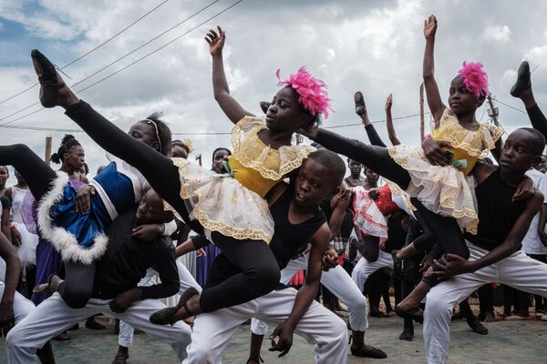 Участники Проект Элиму выступают в трущобах Кибера в Найроби, Кения - Sputnik Mundo