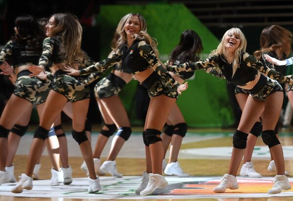 Выступление девушек из группы поддержки в перерыве матча группового тура Кубка Европы по баскетболу - Sputnik Mundo