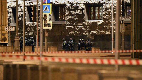 Los agentes de seguridad cerca de la sede del FSB tras el tiroteo  - Sputnik Mundo