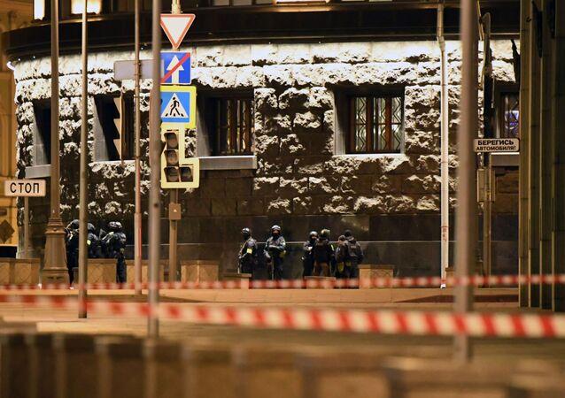 Los agentes de seguridad cerca de la sede del FSB tras el tiroteo