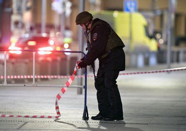 Un policía en el lugar del tiroteo en el centro de Moscú
