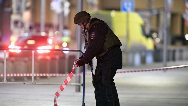 Un policía en el lugar del tiroteo en el centro de Moscú - Sputnik Mundo