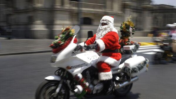 Un agente de la Policía peruana disfrazado de Papá Noel, foto de archivo - Sputnik Mundo