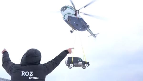 Un todoterreno lanzado desde un helicóptero - Sputnik Mundo