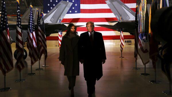 Donald Trump, presidente de EEUU, y su esposa, Melania, durante la ceremonia de firma del presupuesto de Defensa - Sputnik Mundo
