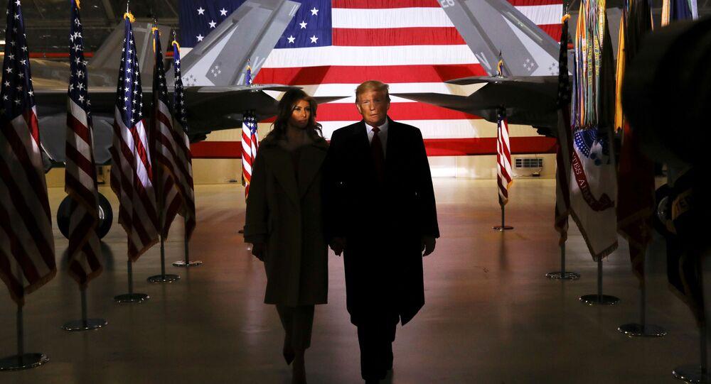 Donald Trump, presidente de EEUU, y su esposa, Melania, durante la ceremonia de firma del presupuesto de Defensa