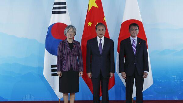Los ministros de Asuntos Exteriores de Corea del Sur, China y Japón:  Kang Kyung-wha, Wang Yi y Taro Kono de la izquierda a la derecha (el 21 de agosto del 2019) - Sputnik Mundo