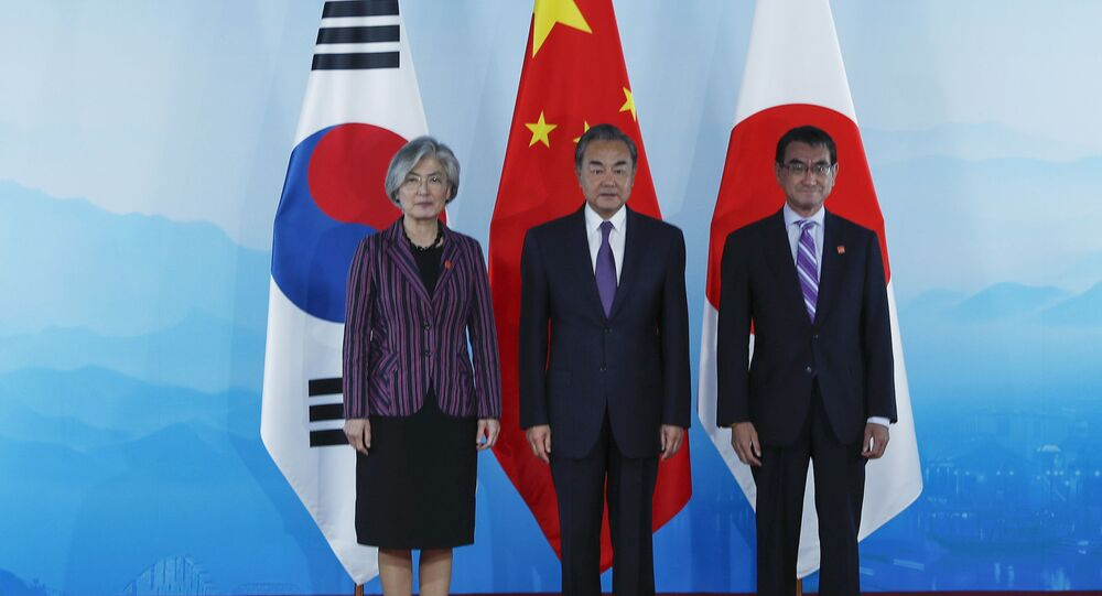 Los ministros de Asuntos Exteriores de Corea del Sur, China y Japón:  Kang Kyung-wha, Wang Yi y Taro Kono de la izquierda a la derecha (el 21 de agosto del 2019)