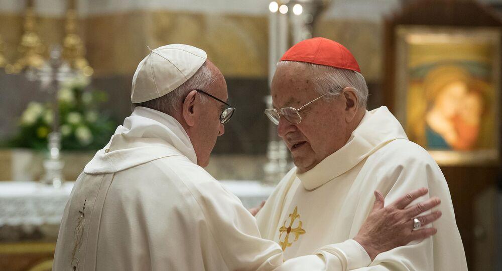 El papa Francisco (izda.) y el cardenal Angelo Sodano, defensor de la orden Legionarios de Cristo (archivo)