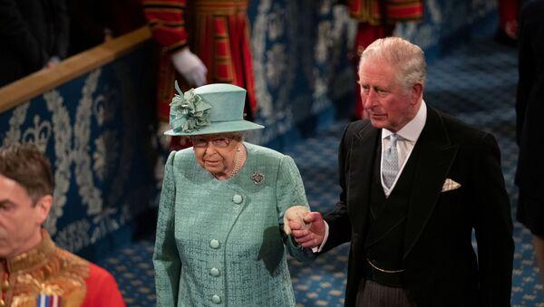 La reina Isabel II y su hijo, Carlos de Gales - Sputnik Mundo