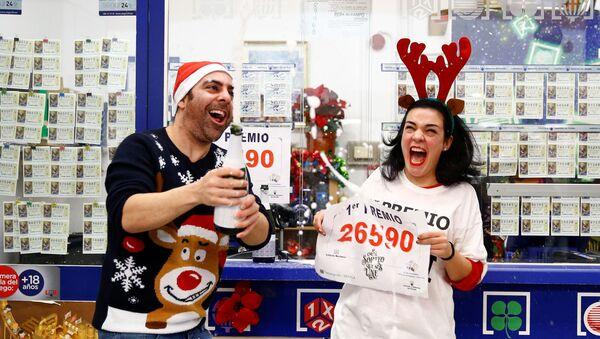 Los vendedores del número que se llevó el primer premio de la Lotería Navideña festejan - Sputnik Mundo