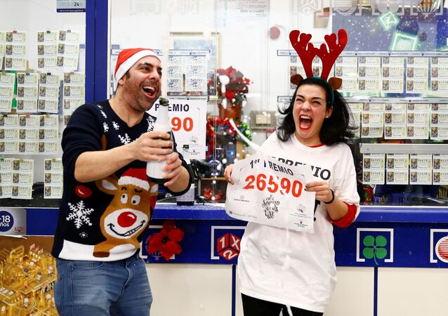 Los vendedores del número que se llevó el primer premio de la Lotería Navideña festejan