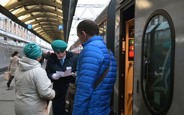 Pasajeros suben al tren San Petersburgo-Sebastopol que pasará por el puente de Crimea - Sputnik Mundo