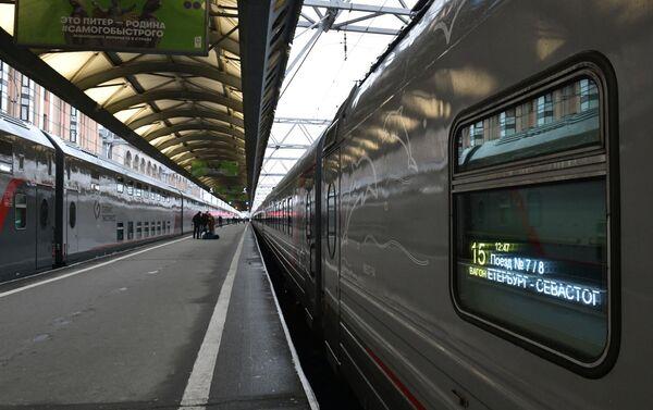 Tren de pasajeros San Petersburgo-Sebastopol que pasará por el puente de Crimea - Sputnik Mundo
