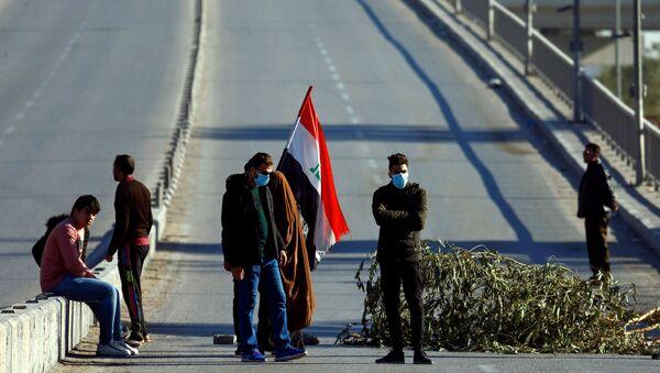 Manifestantes bloquean una carretera en Irak - Sputnik Mundo