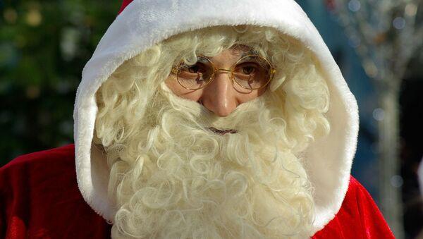 Un hombre disfrazado de Papá Noel. Imagen referencial - Sputnik Mundo