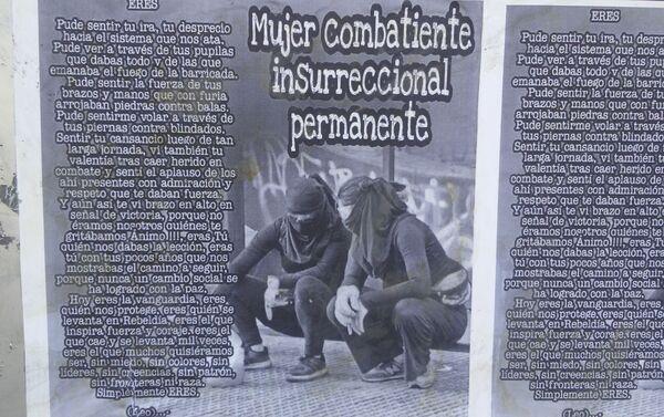 Mujer combatiente insurreccional permanente - afiche en las calles de Chile - Sputnik Mundo