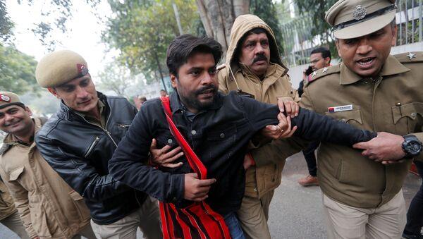 Policía detiene a los manifestantes en Nueva Delhi - Sputnik Mundo