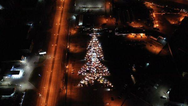 Cientos de autos forman un gigante árbol de Navidad iluminado - Sputnik Mundo