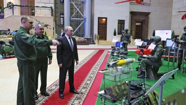 El presidente de Rusia, Vladímir Putin, examina el nuevo módulo de combate - Sputnik Mundo