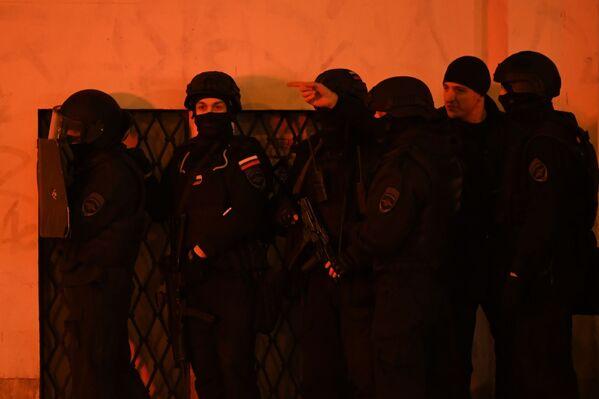 Agentes de las fuerzas de seguridad durante un tiroteo en el centro de Moscú, el 19 de diciembre de 2019  - Sputnik Mundo