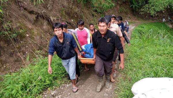 Rescatistas indonesios con un cuerpo tras el accidente de autobús - Sputnik Mundo