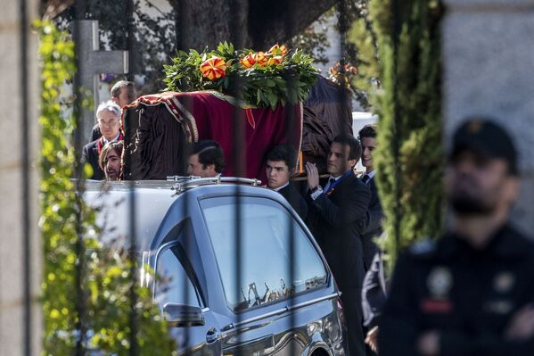 La exhumación de los restos de Francisco Franco del Valle de los Caídos, el 24 de octubre de 2019 - Sputnik Mundo
