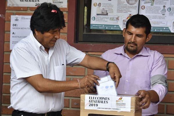 Evo Morales, presidente de Bolivia, acude a las urnas durante las elecciones generales, el 20 de octubre de 2019 - Sputnik Mundo