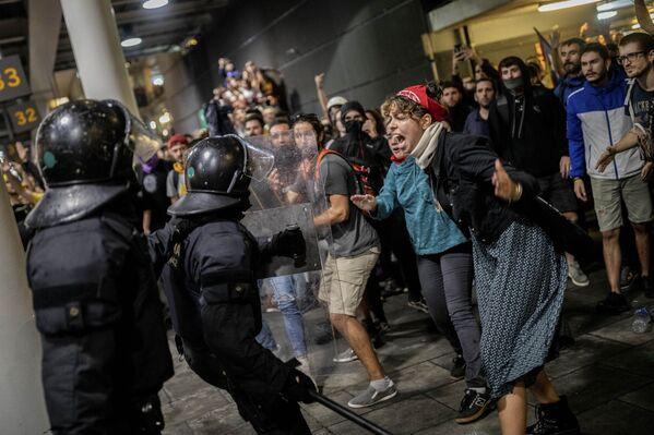 Manifestantes bloquean el aeropuerto Prat (España) en protesta contra la condena de 12 líderes independentistas catalanes, el 14 de octubre de 2019 - Sputnik Mundo