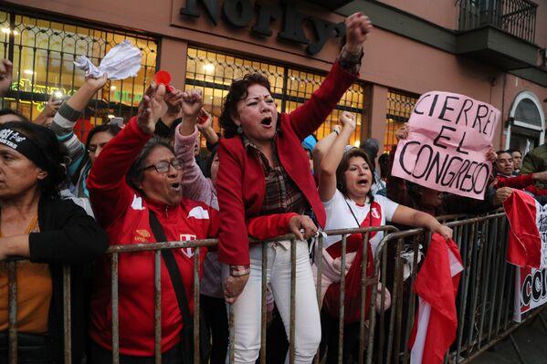 Manifestantes a favor de la decisión del presidente de Perú, Martín Vizcarra, de disolver el Congreso de la República, el 30 de septiembre de 2019 - Sputnik Mundo