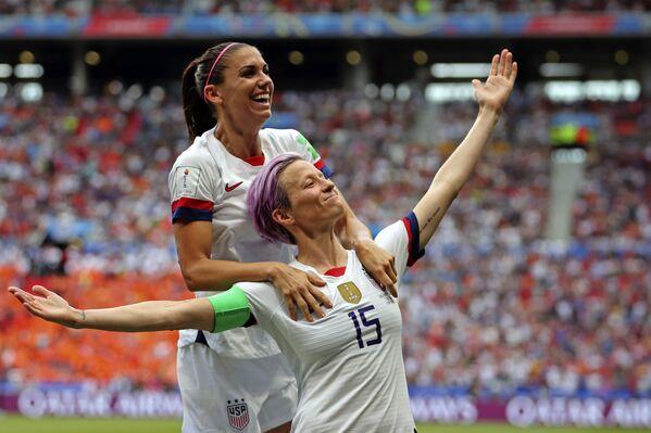 Megan Rapinoe, futbolista estadounidense, celebra su gol en la final de la Copa Mundial Femenina de Fútbol en Francia, el 7 de julio de 2019 - Sputnik Mundo
