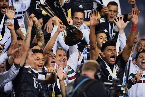 La selección de México celebra su victoria en la Copa Oro 2019 en Chicago (EEUU), el 7 de julio de 2019 - Sputnik Mundo