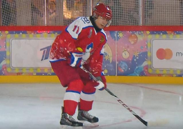 Así juega Putin al hockey en medio de la Plaza Roja