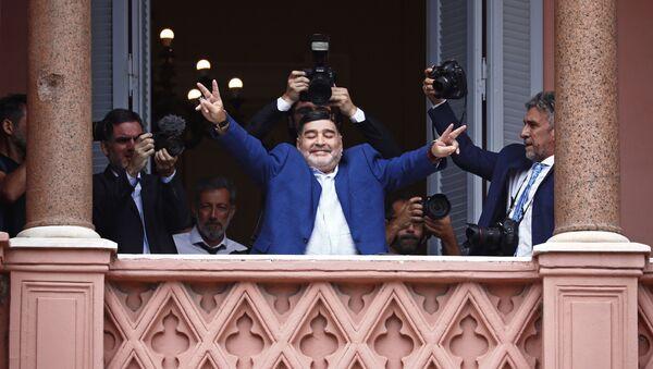 Diego Armando Maradona saludando desde el balcón de la Casa Rosada - Sputnik Mundo