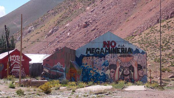 Mural contra megaminería en ruta de Mendoza a Chile  - Sputnik Mundo