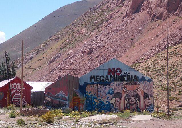 Mural contra megaminería en ruta de Mendoza a Chile