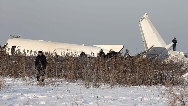 Restos del avión Fokker-100 en Kazajistán - Sputnik Mundo