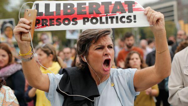 Una mujer con la pancarta a favor de libertad de presos independentistas catalanes - Sputnik Mundo