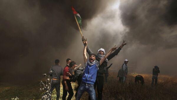Manifestantes en la Franja de Gaza con la bandera de Palestina - Sputnik Mundo