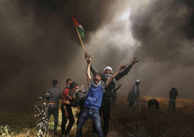 Manifestantes en la Franja de Gaza con la bandera de Palestina