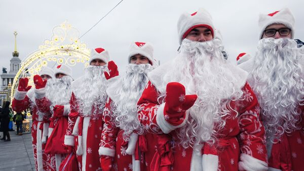 Los participantes de un desfile disfrazados de Papá Noel en Moscú - Sputnik Mundo