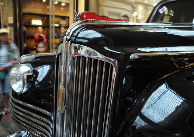 El coche ZIS-115 en la exposición de coches clásicos soviéticos