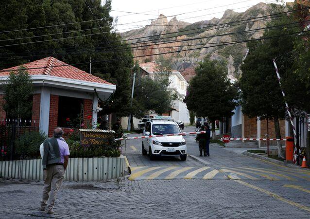 La entrada de la Urbanización La Rinconada, donde se encuentra la residencia de la embajadora de México, en La Paz, Bolivia