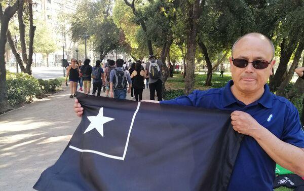 Algunos de los que asistieron a la manifestación portaron banderas de Chile en color negro para conmemorar a los fallecidos durante la crisis social que está viviendo el país.  - Sputnik Mundo