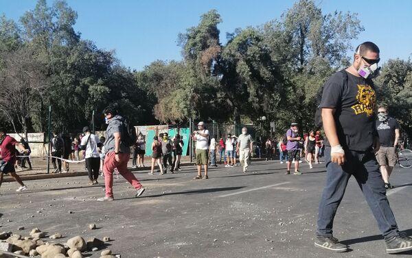La oleada de violentas protestas comenzó el 14 de octubre en la capital de Chile, Santiago, por el incremento del pasaje del metro. Días más tarde Piñera anuló este incremento, pero surgieron otros reclamos que dieron vida a una nueva oleada de protestas.  - Sputnik Mundo