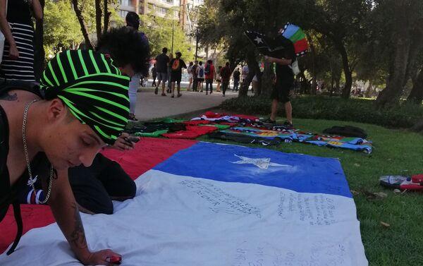 Destacaron las banderas negras y con agujeros en conmemoración por los muertos durante la crisis social.  - Sputnik Mundo