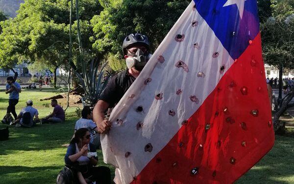 Los agujeros en las banderas simbolizan a los caídos durante la crisis social.  - Sputnik Mundo